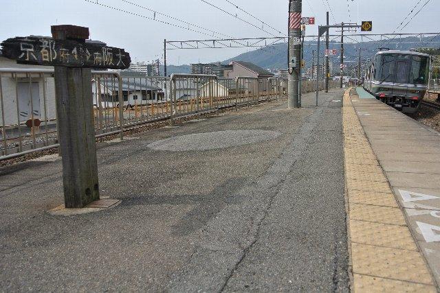 県境を越えて、JR京都線の電車が大阪方面へと向かっていく。
