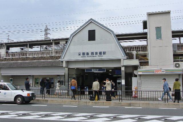西京極駅の通常入口。駅前にコンビニが1軒あります。
