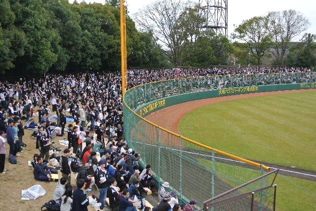 当日券が売り切れで、球場前ではチケットを求める人も数人