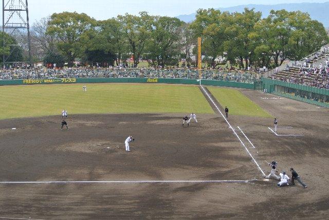 ネットやフェンスに邪魔されることなく、球場全体を俯瞰できる位置で観戦可能です。