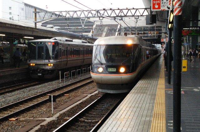 烏丸中央入口と直結したホームに、各方面への特急列車が次々とやってくるってのが旅情をかき立てる。