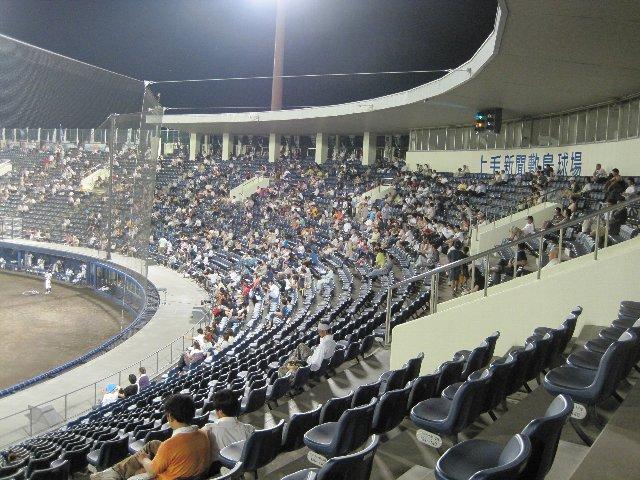 照明の明るさも上がり、座席も一新されて、球場全体が非常に明るく感じました。