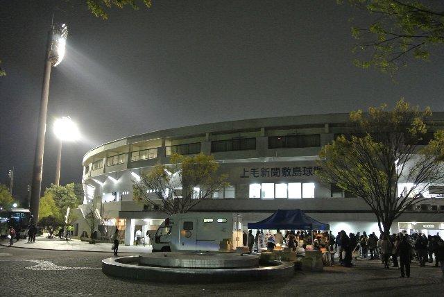 上毛新聞敷島球場の夜景。照明灯に浮かぶ球場は美しく、星空の下、駐車場まで歩くのもなかなか楽しい。