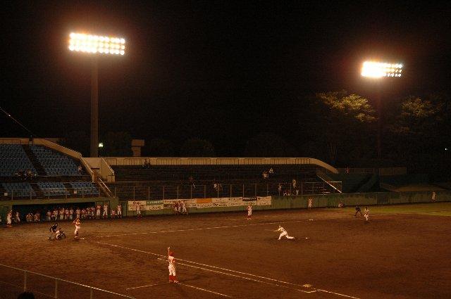 時折強い雨が降る最悪の環境で、球場内は閑古鳥が鳴いていた。三塁側スタンドには、誰も座っていません...(泣)。
