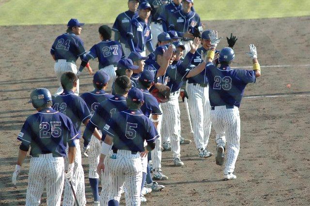 先制弾を放った敬洋選手を総出で祝福する石川ベンチ。