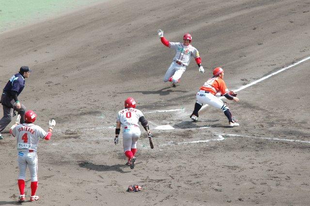 二回裏、相手の失策で塁に出た田中君がきっちり生還させる。今年の信濃打線は本当にしぶとい。