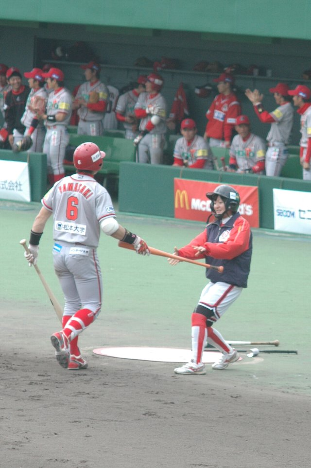 今日のボールボーイならぬ、ボールガールは松本大女子野球部の皆さん。「俺のバットを握ってくれ♪」...と、山崎君も嬉しそうです。