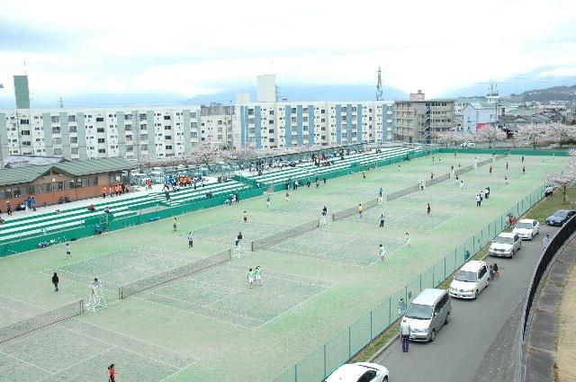 高校女子?、大学女子?の試合が開催されていて、黄色い声が飛び交っていましたよ。これだけ広いスペースが確保されたテニスコートも珍しいですね。