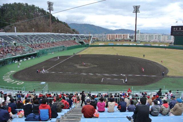 信濃グランセローズvs北海道日本ハムファイターズ戦にて。2015年、信濃グランセローズの開幕戦はいきなりNPBとの交流戦となった。