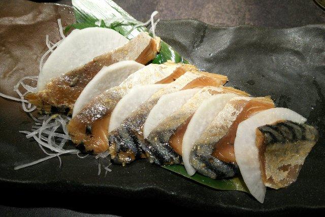 生でいただくへしこの味はまた格別です。あまりに美味いので日本酒も一合いっちゃいましょう!