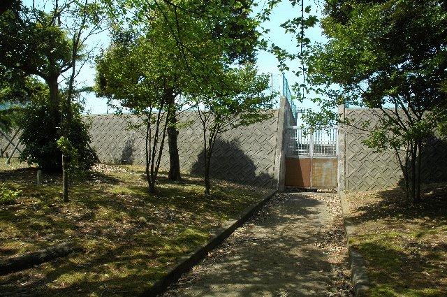 ゲートが重く、しっかりと閉じられ、落ち葉が山と積もり、開放された形跡が全く無い。