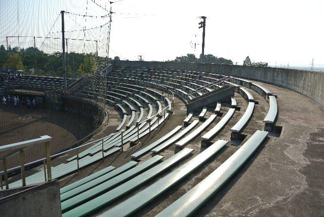 遮るモノがなく、座席も長椅子という意味では、炎天下の試合観戦での過酷さはどのエリアも一緒ってことですね。
