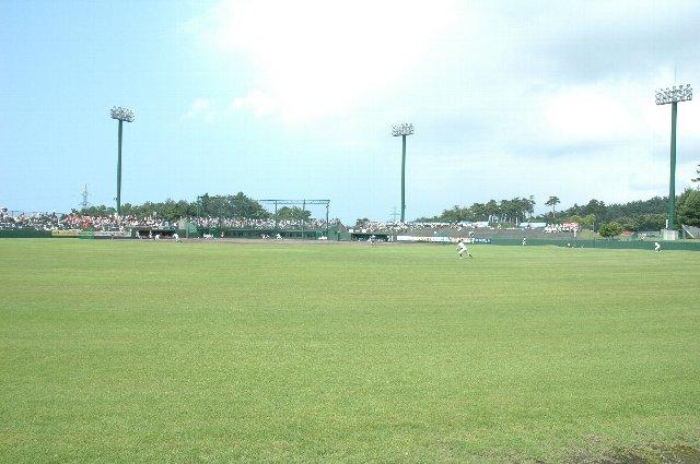 翌日は伊那市県営野球場で観戦しましたが、似たような作りでも芝の痛み具合が全然違いました。