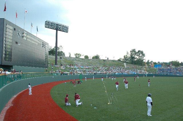 グラウンド上では楽天の選手が練習中、ライトスタンドはカープファンで埋まり始めています。