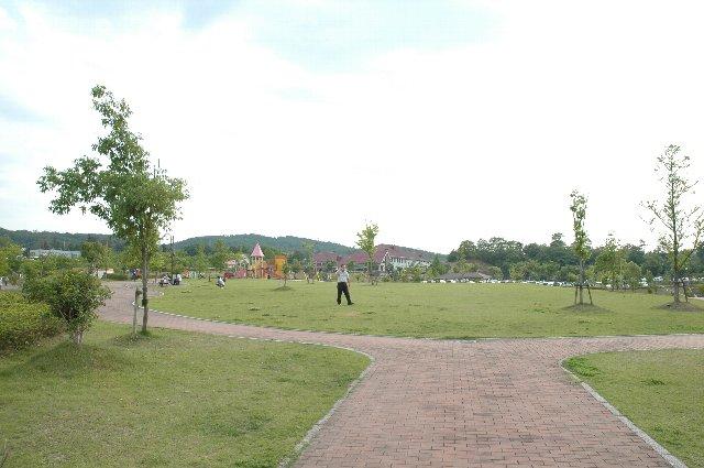 「憩いの広場」と名付けられた、遊具施設などを設置した公園になっています。