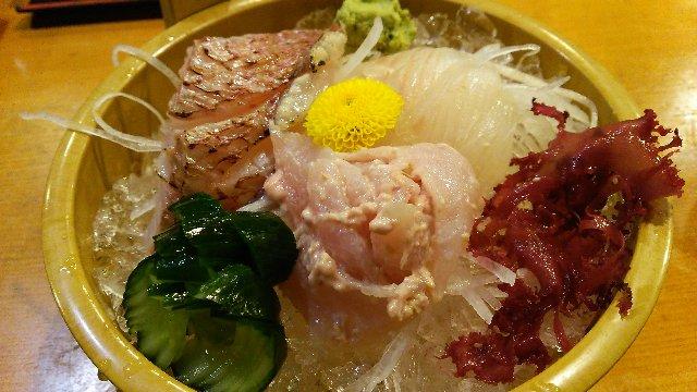 寿司屋に行って、いきなり握りを注文するような野暮な食べ方、あっしは致しません。鯛、平目にカワハギの胆あえときました。