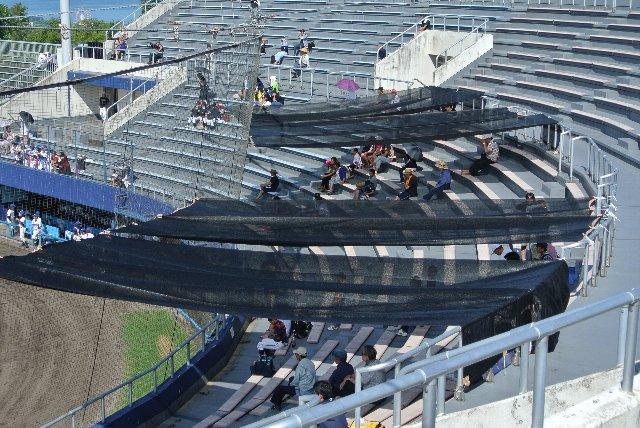 屋根がない桃山球場に急遽設けられた日影
