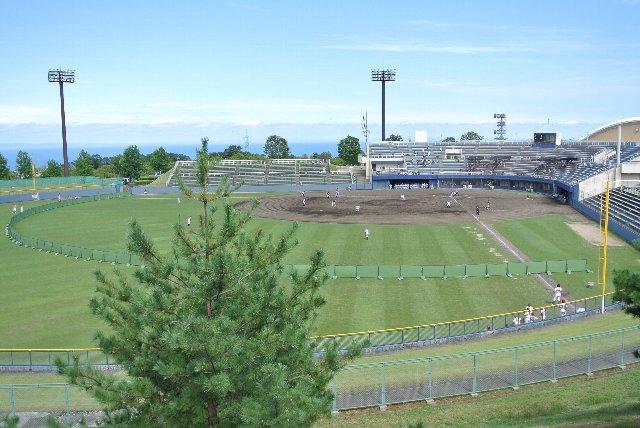 自然に囲まれた風光明媚で美しい球場です。