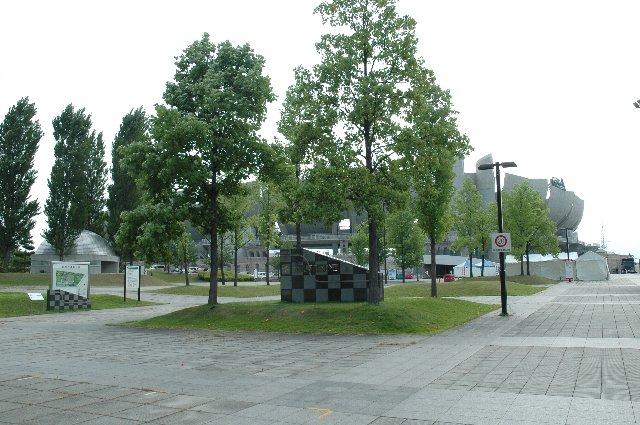 広い公園の中にあるスタジアムであることがわかるでしょうか。