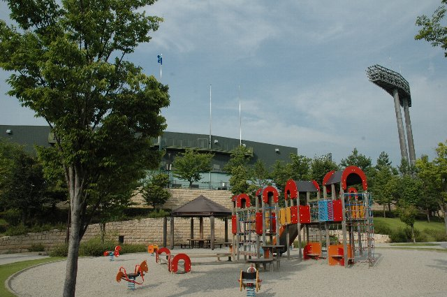 外野席側には緑も多く、子供を遊ばせるのに最適です。