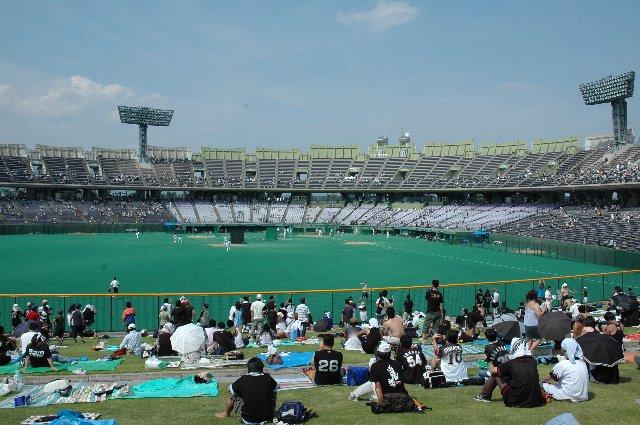 内野二階席まであります。内野二階席は内野自由席として開放、どこに座っても大人2000円(子供1500円)。