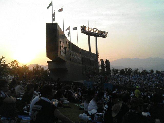 15時半に試合開始だったので、試合終了時は薄暮。夕闇迫る山並みが美しかったです。