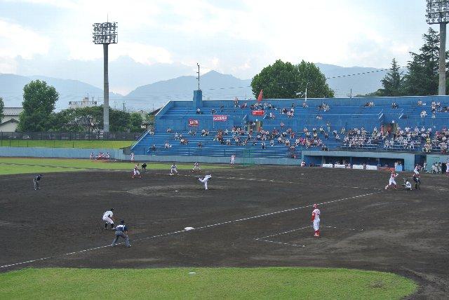 一塁側内野席越しに戸隠方面の山々が見える。景色は一塁側より、三塁側の方が良いなぁ。