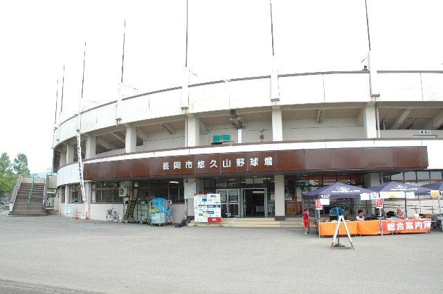 球場正面の両脇に、内野スタンドのコンコースへと繋がる階段が設置されている。