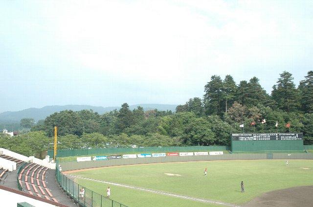 外野席の奥は緑豊かで、蝉の大合唱の中での試合となりました。