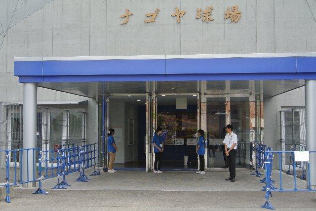 「ナゴヤ球場」と記された金色の銘板がいかにも名古屋を物語る。
