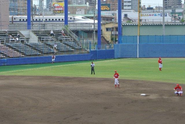 いつも新幹線から見るばかりだったので、たまには球場から新幹線も見てみたい。