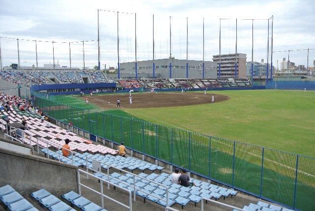 三塁側スタンド後方に室内練習場と合宿所が建っている。