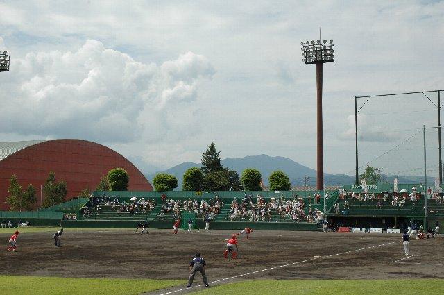 一塁側スタンドには外野席がなく、非対称のスタンド形状となっている。そのため、ホームチームは三塁側を使用する。