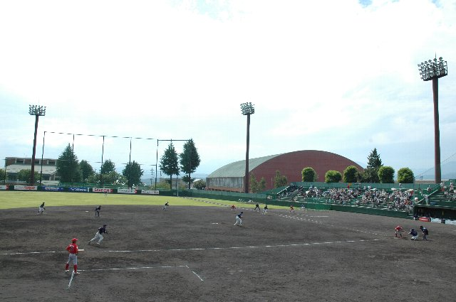 内野席入口付近に車椅子観戦スペース 兼 記者用スペースがあり、中望遠系のやや短いレンズでも十分に選手のアップ画像が撮影できる。