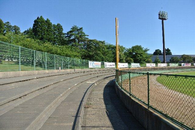 石川県立球場(金沢)にしても同様の作りの外野席ですから、石川県の球場で観戦環境の整った外野席を望むのは無理なのかも知れない。