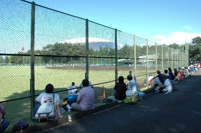 皆、グラウンドを周回する道路脇の芝生に座って観戦してます。