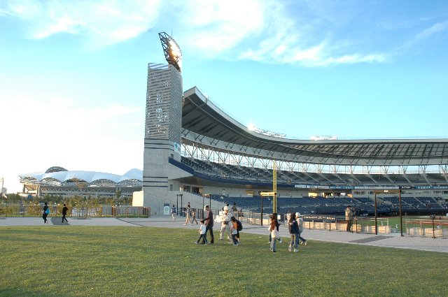 内野スタンド越しに隣の東北電力ビッグスワンスタジアムが見えます。