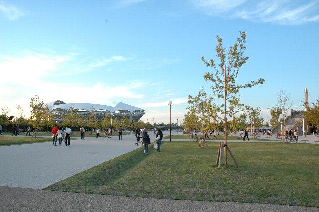 写真右手に少し見えるのが野球場への入口、正面に見えるのが東北電力ビッグスワンスタジアム。