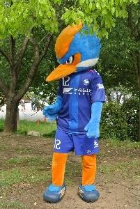 「愛称『ゼルビー』、野津田公園に住むゼルビアのマスコットキャラクター。町田市の鳥であるカワセミがモチーフ」...とか。目が怖いぞ(笑)。