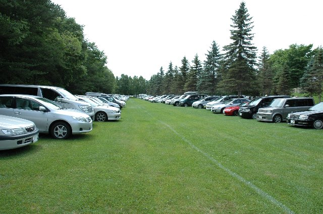 駐車場まで天然芝。車で入るのが申し訳ないくらい美しい駐車場だった。