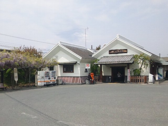 市街地から外れた場所にある田舎の小駅です。