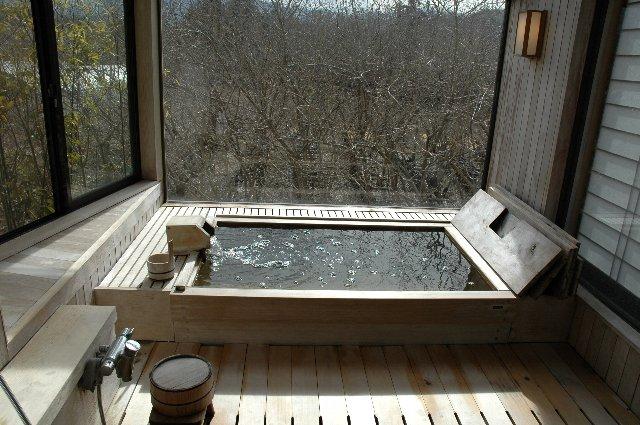 こちらが内風呂。木を活かした浴槽はヒーリング効果抜群!