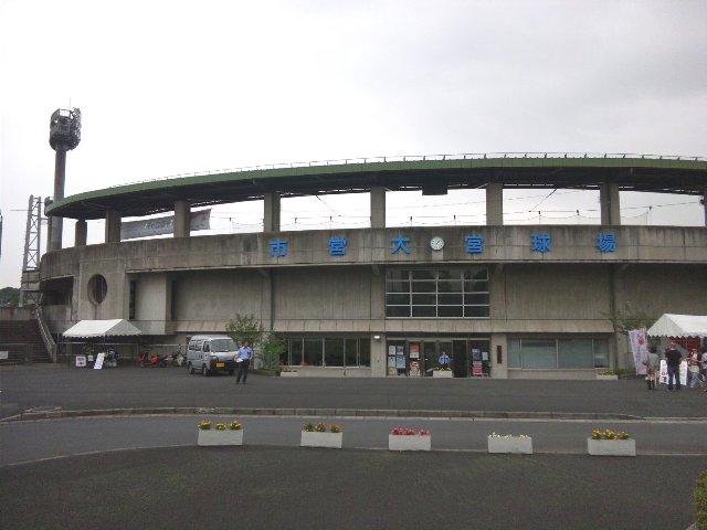 球場名を示す文字色や、コンクリ打ちっ放しの重厚感は、柏崎の佐藤池球場を彷彿とさせる。