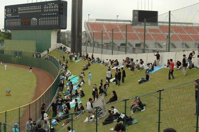 ライト側外野席はサッカー場に挟まれる形で非常に歪(いびつ)。しかも、傾斜がむっちゃ急です。