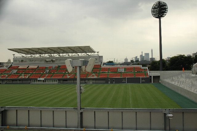 球場に隣接するNACK5スタジアム(サッカー場)。ライトスタンドからそのフィールドが見えます。