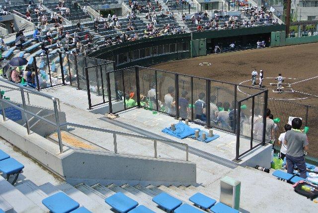 透明なアクリル板でエリアを守っているなど至れり尽くせりの作りから、新しい球場であることを物語っている。