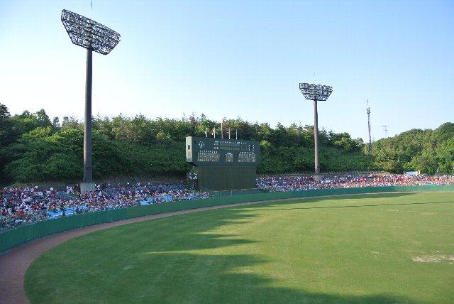 試合開始前なので場所取りのブルーシートが目立っています。