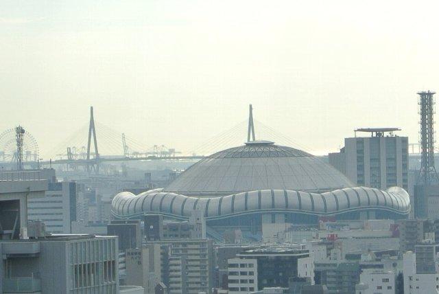 ホテルの窓からドーム球場が見えたので、望遠で狙ってみました。