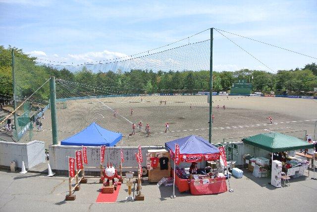 高原のさわやかな風が吹き抜ける野球場。できれば、青空広がる下で、さわやかな空気を堪能しながら試合を観戦したかった。