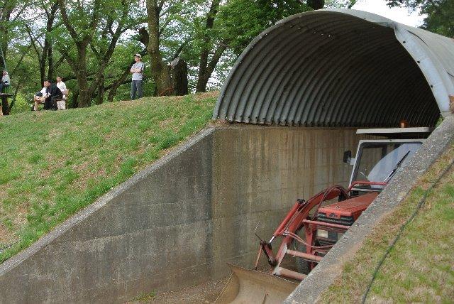 トタン屋根があるだけの格納庫。施錠しなくても良いんだ(笑)。